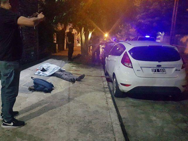 La víctima quedó tendida al lado del auto que evitó que robaran los motochorros.