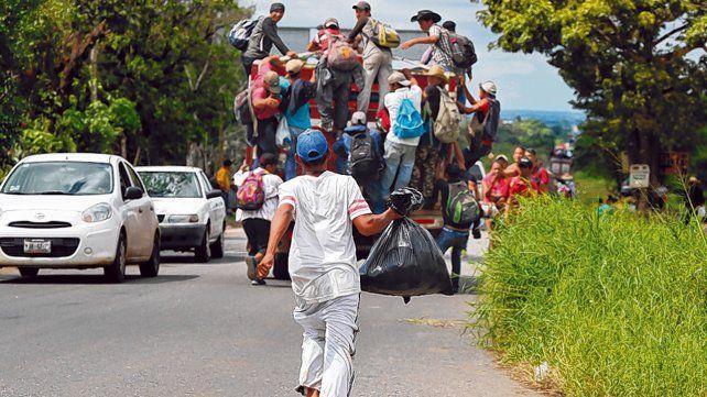 A correr. Los migrantes ocasionalmente consiguen transporte en la caja de un camión o camioneta.
