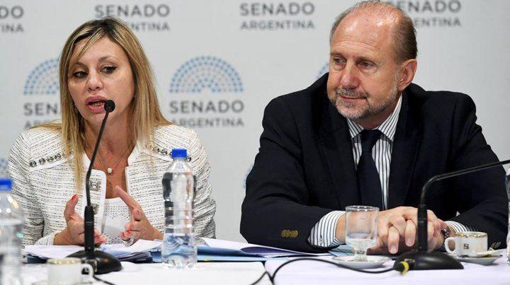 La senadora nacional María de los Angeles Sacnun y su par Omar Perotti.