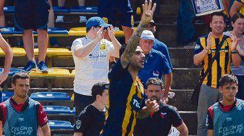 Goleador. Herrera clavó el empate ante el Sabalero y salió corriendo a dedicárselo a los integrantes de su familia (esposa y tres hijos).