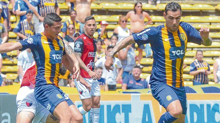 Al frente. Herrera encara como flecha hacia el área sabalera. El Chaqueño logró el empate con un cabezazo en el complemento.