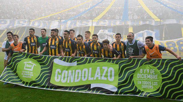 En el gigante. El plantel de Central posó con la bandera del Gondolazo.