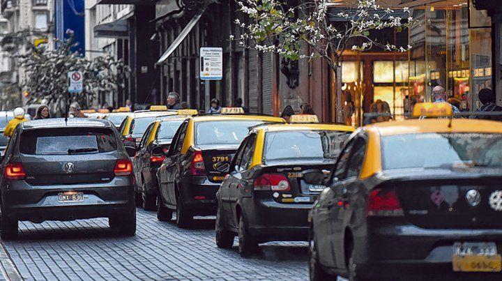 Largas colas. Los taxistas consiguen cada vez menos pasajeros y la posible llegada de Uber los pone en alerta.