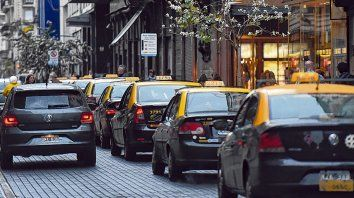 Largas colas de taxis en la esquina de Sarmiento y Córdoba.
