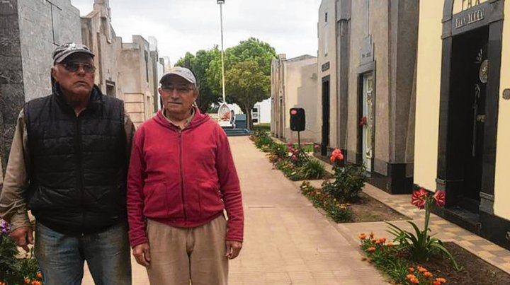 Orgullosos de su tarea. El cuidado cementerio y sus dos responsables.