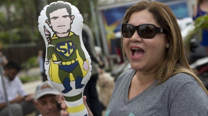 Fan. Muñeco inflable de Moro como Superman en un acto en Río.
