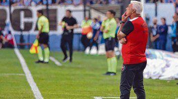 Pensativo. El técnico observa con atención el desarrollo del partido de Newells contra Racing en Avellaneda. El equipo rojinegro no mereció terminar con las manos vacías.