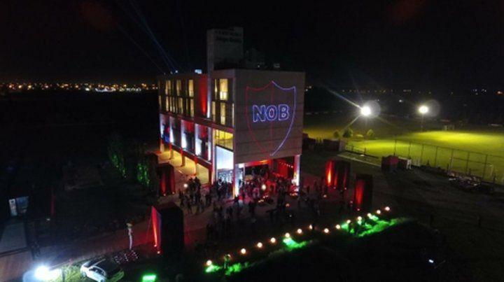 La inauguración del hotel Colorido y luces en rojo y negro