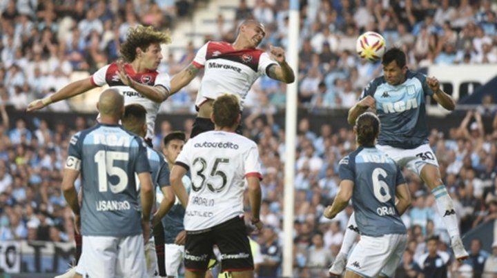 No alcanzan. Fontanini y Paredes se exigieron sin llegar a despejar el balón que cabecea Sigali. Newells sufre la pelota por arriba.