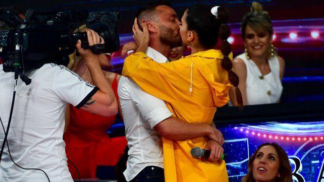 Apasionado beso de Cinthia Fernández y Martín Baclini en el Bailando