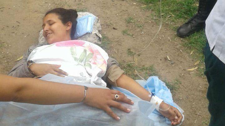 Vecinos y policías ayudaron a dar a luz a una bebé en plena calle