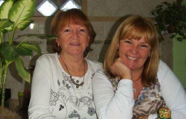 Marcela junto a su mamá