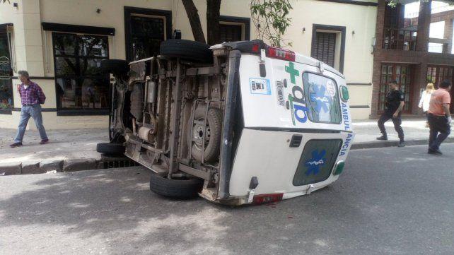 La ambulancia quedó volcada sobre el asfalto. (Foto: @Andrespetersen)
