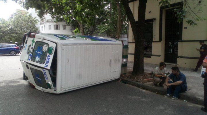 Espectacular choque y vuelco de una ambulancia en el macrocentro