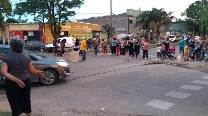 Vecinos cortaron avenida casiano casas para hacer escuchar su reclamo.