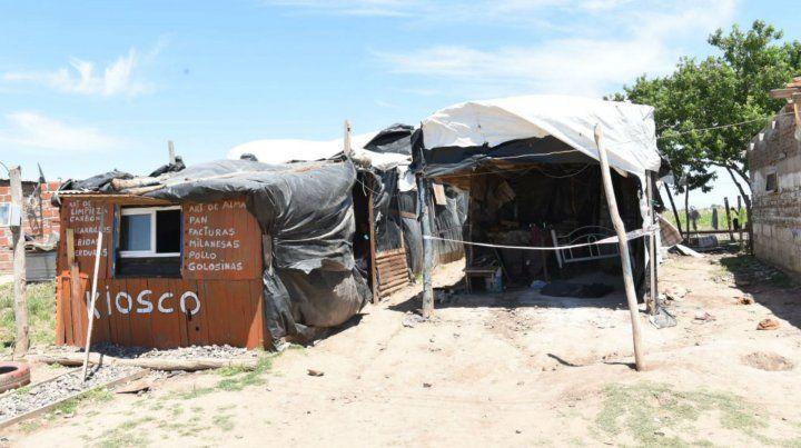 Las precaria casilla donde anoche fueron asesinadas dos personas y otra terminó gravemente herida.