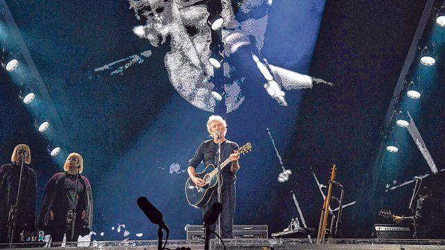 Waters de fondo y al frente. El artista evocó a los desaparecidos de la dictadura en el show de La Plata.
