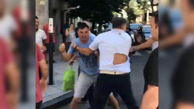 Un incidente de tránsito derivó en una violenta pelea en pleno centro de Rosario
