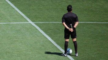 De espaldas al juego. No se trata sólo de interpretación sino que los árbitros transgreden la letra del reglamento.
