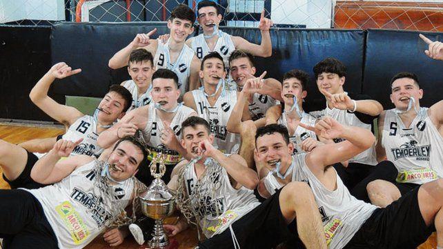Los chicos felices. El plantel del equipo de calle Ayacucho festeja el título conseguido.