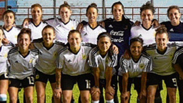 Sarandí. Las chicas de Carlos Borrello posan en la misma cancha donde jugaron el clásico Central y Newells.