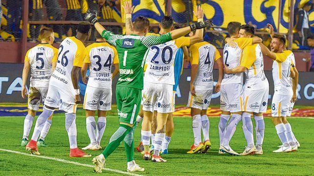 Alegría y después. Los canallas celebran frente a Talleres. Luego de ese partido no pudieron volver a ganar por la Superliga.
