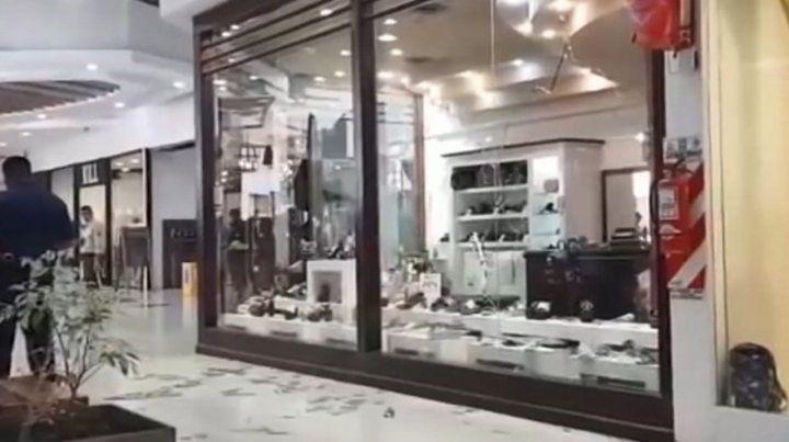 Un día de furia: a los martillazos en un shopping de San Juan