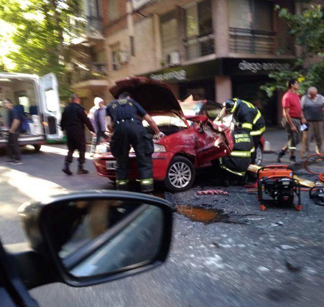 Dos personas quedaron atrapadas en un auto que fue chocado por un camión