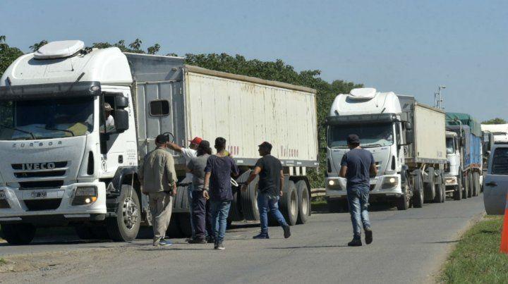 La protesta de los fleteros en el acceso norte de San Lorenzo.
