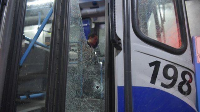 Perforada. La puerta del colectivo fue dañada por el tiro del agresor.