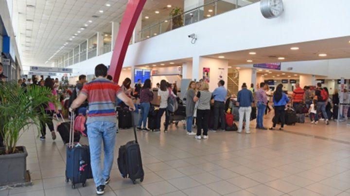 Fisherton. Una vista del aeropuerto de Rosario ayer a la mañana cuando  el público comenzaba a tener noticias de la acción gremial.