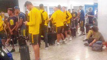 Al mal tiempo...Los jugadores canallas esperan ansiosos que llegue la hora del vuelo hacia Tucumán.