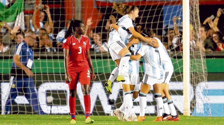 Todas con ella. Eliana Stabile marcó un tanto y es abrazada por sus compañeras. Fue figura e hizo dos goles.