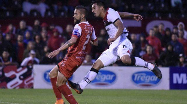 Su debut en la red. Alfio Oviedo le dio de derecha para abrir la cuenta ante Argentinos Juniors. Está en alza.