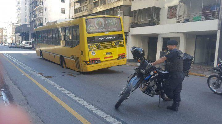 El tránsito en calle Corrientes fue cortado tras el hundimiento del pavimento.