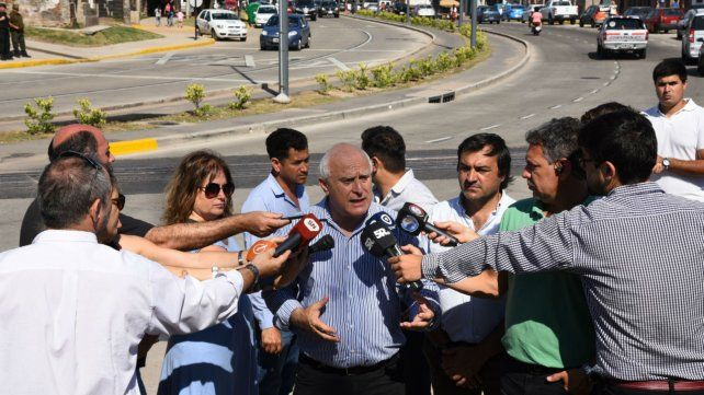 Miguel Lifschitz habla con los periodistas tras la inauguración de la traza de bulevar Seguí.