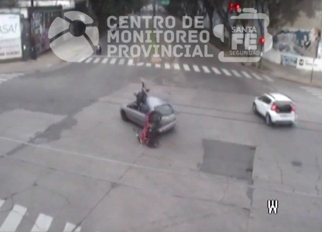 Un video registró el espectacular choque de un motociclista