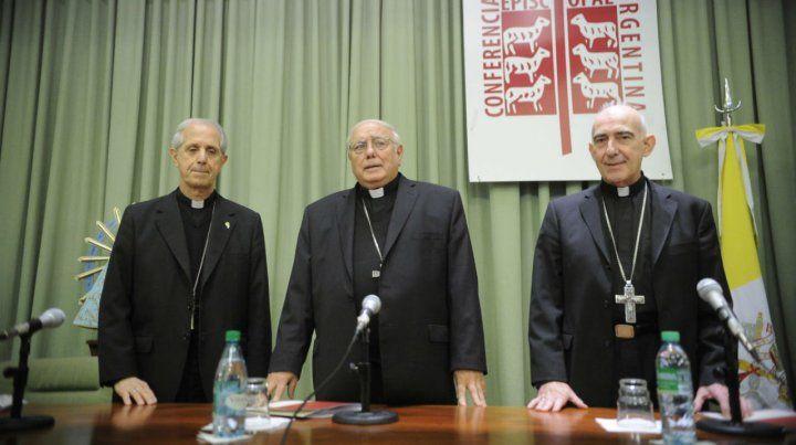 Monseñor Oscar Ojea (centro)