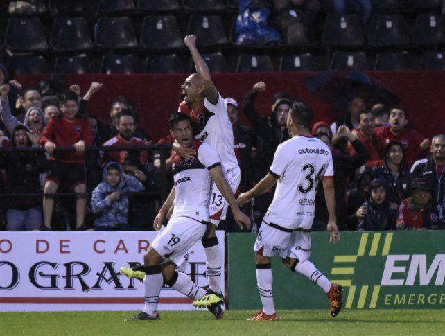 Ultima victoria. Los rojinegros superaron 2 a 0 a Argentinos en el Coloso. Oviedo grita la apertura junto a Paredes y Alzugaray.