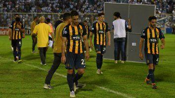 Central acaba de caer en Tucumán. Se lamentan Marcelo Ortiz, el pibe Agustín Maziero, Alfonso Parot y Gonzalo Bettini.