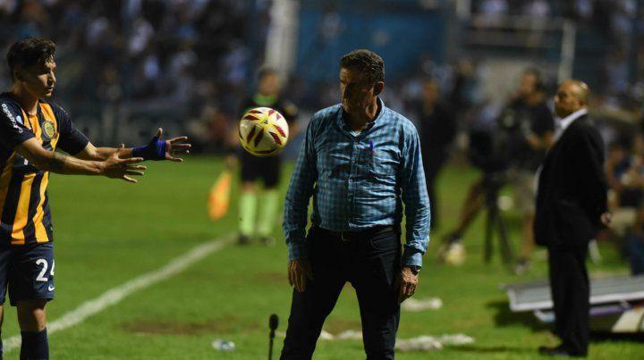 Bauza observa el balón antes de que lo tome Alfonso Parot para ejecutar un lateral. Central sigue sin ganar.