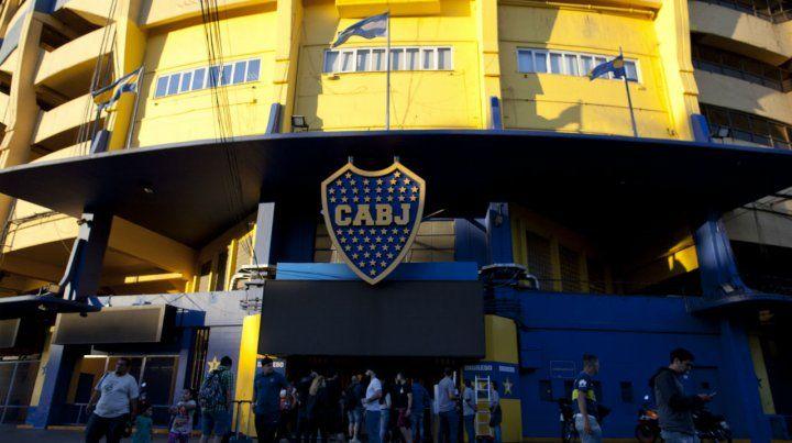 Esperando el duelo. La Bombonera vivirá una jornada futbolística histórica.