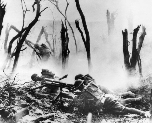 Frente de guerra. Tropas estadounidenses enfrentan al enemigo durante un combate de trincheras en Francia.