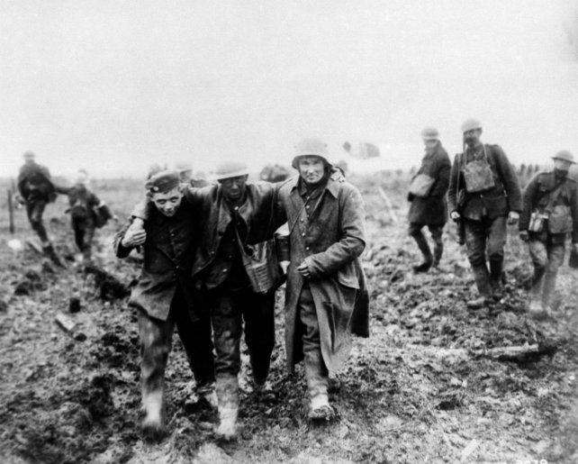 Bajas. Soldados alemanes trasladan a un compañero herido.
