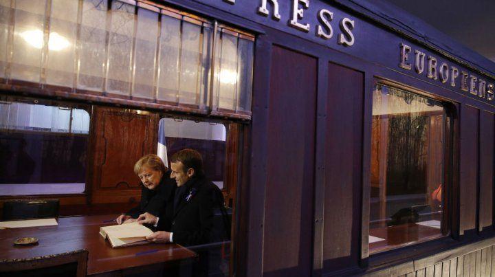 Emotivo acto. Ambos líderes firman el libro de visitas en la réplica del vagón en los bosques de Compiègne.