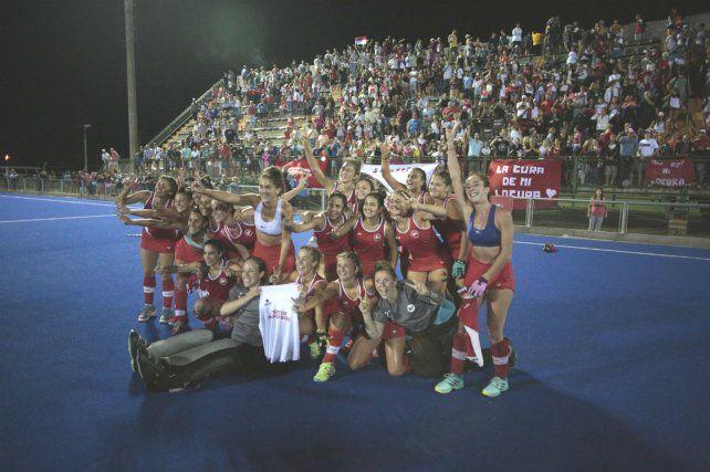 Campeonísimas. Las chicas de Provincial festejan el título logrado en un colmado estadio Mundialista.