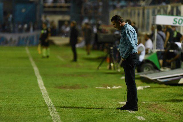 Por ahí abajo. Bauza parece buscar lo que su equipo no encuentra. El resultado: la cabeza gacha en Tucumán.