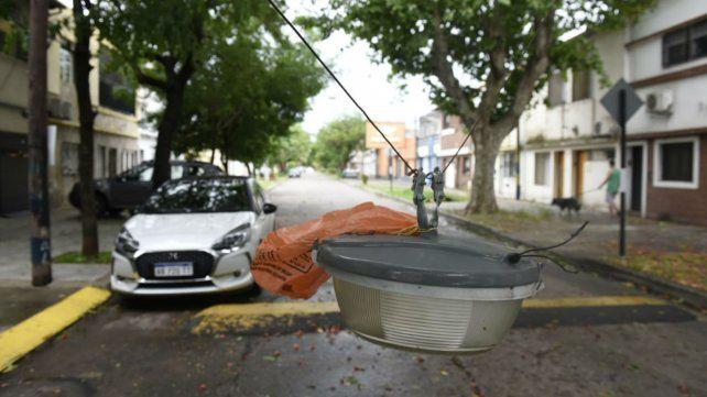 Un farol de alumbrado público quedó colgando cerca del piso en Milán y Mitre.