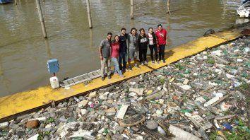 En plena tarea. Los ecologistas, cuando recolectaron la basura en la orilla del arroyo.