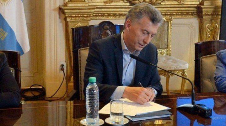 Puso el gancho. Macri firmó el decreto.